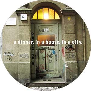 A_DINNER_IN_A_HOUESE_IN_A_CITY